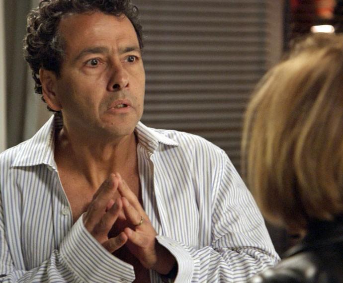 Aderbal compara Inês a Consuelo (Foto: TV Globo)