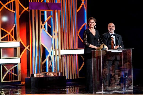 Lima Duarte e Lilia Cabral subiram ao palco para entregar o Prêmio de Melhor Peça/Espetáculo, na categoria Teatro, no XX Gala dos Globos de Ouro, em Portugal (Foto: Globo)