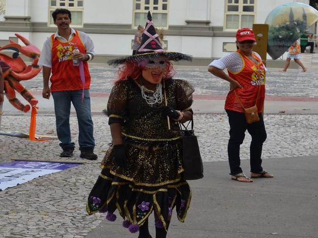 Professora aposentada se fantasia de bruxa para protestar contra governo estadual  (Foto: Tássio Andrade/G1)