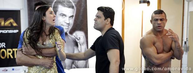 Seguranças arrancam ela de perto do lutador (Foto: Amor à Vida / TV Globo)