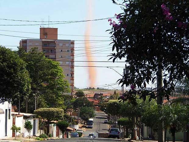 Internauta flagra redemoinho de areia em 'formato de tornado' de Sumaré (SP) (Foto: Eliel Siqueira / VC no G1)