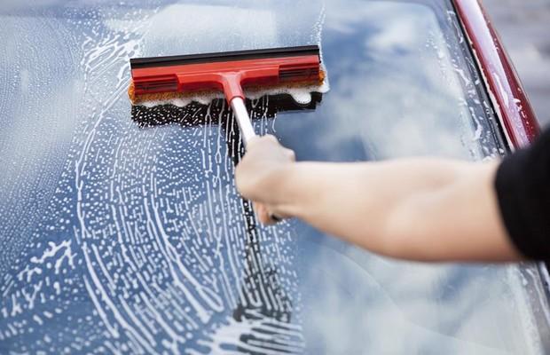 Testamos 4 produtos que prometem deixar os vidros do carro limpos