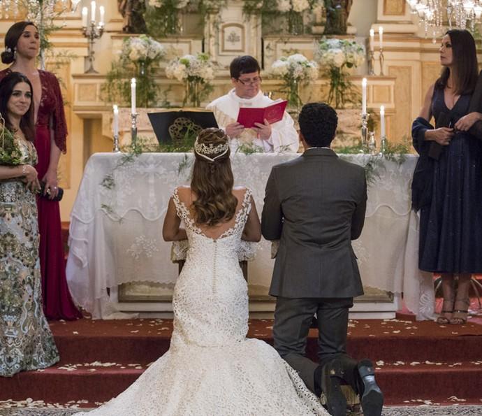 Padre começa o casamento de Tancinha e Beto (Foto: Ellen Soares/Gshow)