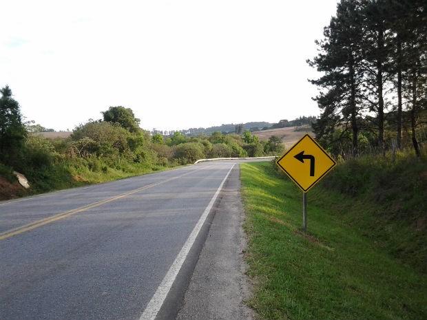 Placa, na PR-151, indica curva à esquerda sendo que, adiante, a estrada segue para a direita (Foto: Cliceu de Oliveira/VC no G1)