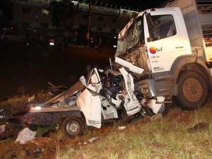 Caminhão de mudanças bateu de frente em uma carreta que transportava suínos (Foto: Corpo de Bombeiros/Divulgação)