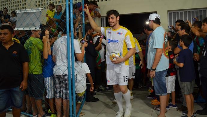 Cara de Sapato entra em quadro sob aplausos da torcida (Foto: Hévilla Wanderley/GloboEsporte.com)