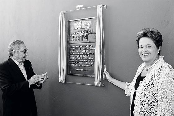 ESPERA Dilma Rousseff em visita  a Cuba, em 2014, com Raúl Castro.  Raúl sonhava com a visita havia muito tempo (Foto: Reuters)
