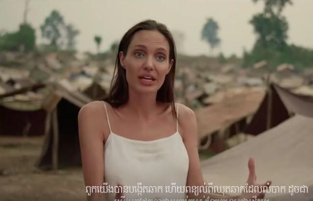 """Angelina Jolie no trailer de """"First They Killed My Father"""" (Foto: Reprodução)"""