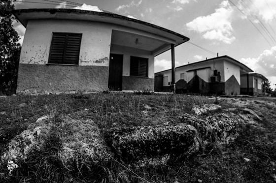 As três casas construídas sobre as fundações da casa-grande mais recente do Engenho Los Molinos, demolida em 1972 (Foto: Divulgação)