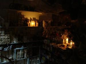 Comerciantes utilizam velas para mostrar mercadorias para os clientes no Mercado Central de Teresina (Foto: Gil Oliveira/ G1)