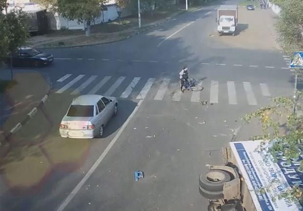 Ciclista parece não acreditar no que aconteceu (Foto: Reprodução/YouTube/AVK WELLCOM)