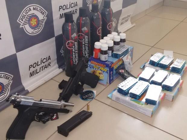 Comprimidos, réplicas de armas e outros itens foram apreendidos (Foto: Divulgação/ Polícia Rodoviária Avaré)