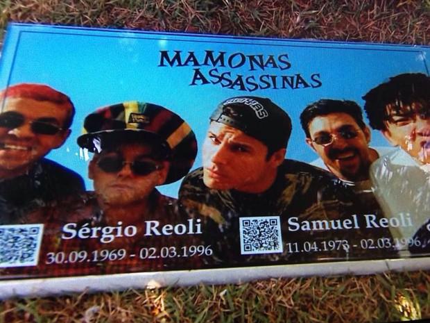 Lápide homenageia Mamonas Assassinas em Guarulhos (Foto: Reprodução/TV Globo)