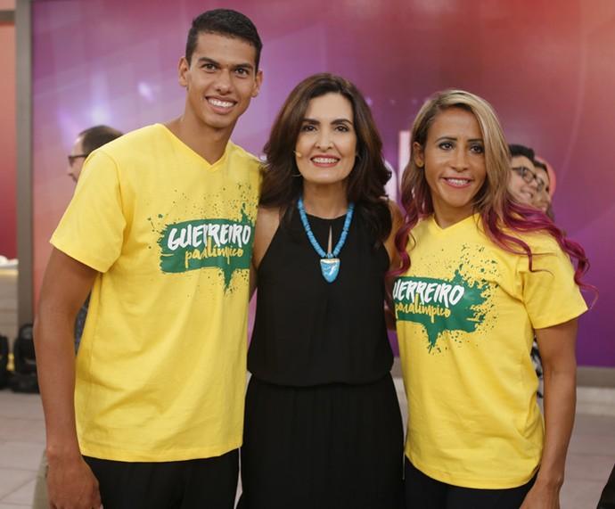 Fátima posa com a atleta Therezinha Guilhermina e seu instrutor  (Foto: Fabiano Battaglin/Gshow)