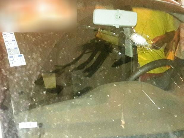 Carro de candidato a prefeito de Minas Novas foi atingido por vários tiros (Foto: Assessoria/Divulgação)