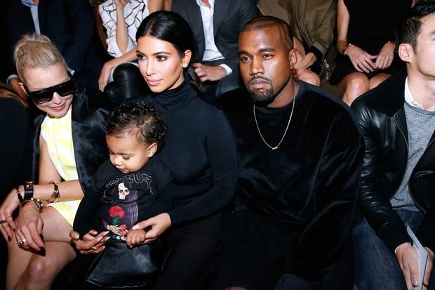 Kanye West e Kim Kardashian com a filha, North, no desfile da Balenciaga, em Paris (Foto: Getty Images)