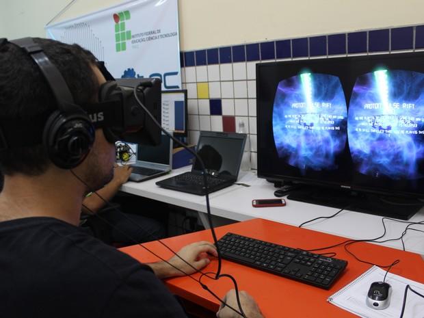 Para pesquisadores, óculos de realidade virtual ajudaria no tratamento de fobias (Foto: Catarina Costa/G1)