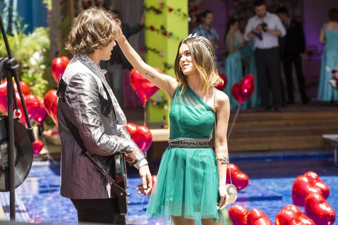 Manu Gavassi surgiu como a vilã Vicky para seduzir o personagem de Rafael Vitti e atrapalhar o romance do casal Perina (Foto: Globo/ João Cotta)