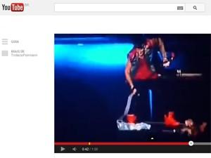 Justin Bieber tira bandeira argentina do palco em show em Buenos Aires, em vídeo registrado por fã (Foto: Reprodução  / YouTube)