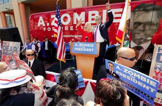 A. Zombie e sua mulher, Patty Morgan-Zombie, anunciam candidatura do 'zumbi' à presidência dos EUA, em foto tirada em San Diego, Califórnia, nesta segunda-feira (20) (Foto: Reuters)