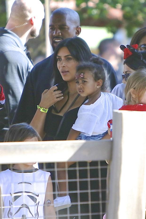 Kim Kardashian r Kanye West no aniversário de North West na Disney, em Orlando, nos Estados Unidos (Foto: Grosby Group/ Agência)