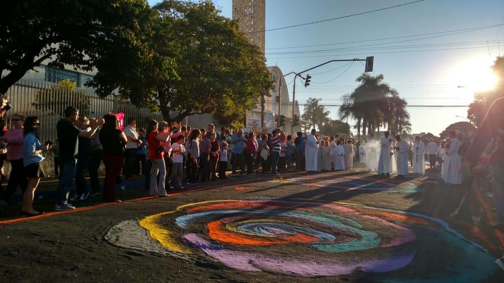Procissão de Corpus Christi reúne centenas de fiéis em Matão (Foto: Fabio Rodrigues/ G1)