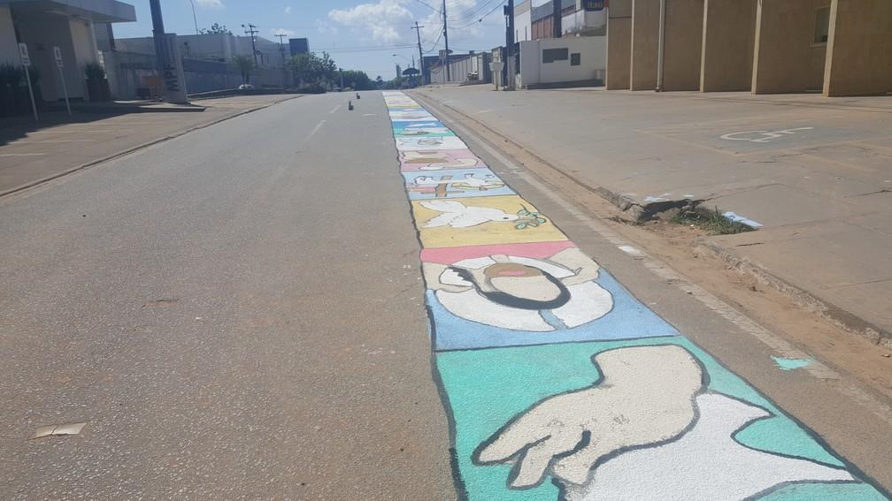 Tapetes foram pintados nesta quinta-feira em Ji-Paraná (Foto: Marco Bernardi/G1)