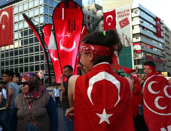 Apoiadores do governo de Recep Tayyip Erdogan se reunem em Ancara, na sexta (29) - o presidente comanda um contra-ataque que já atingiu mais de 40 mil pessoas (Foto: ASSOCIATED PRESS/ AP)