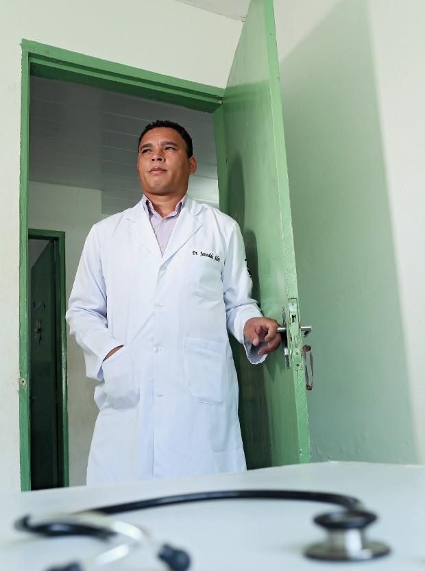 """DIPLOMADO Josinaldo da Silva no Posto de Saúde de Santa Maria. """"Quando soube que passei no vestibular, demorei a acreditar"""" (Foto: Celso Junior/ÉPOCA)"""