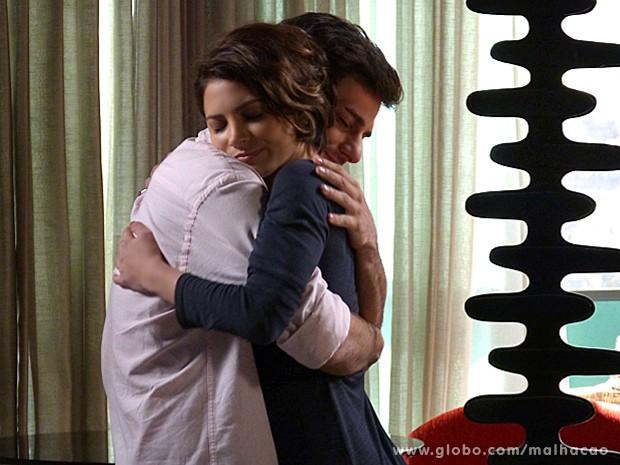 Micaela abraça Martin, depois de ganhar anel do amigo  (Foto: Malhação / TV Globo)