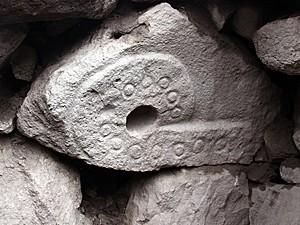 Desenho em rocha no templo (Foto: Peruvian Ministry of Culture/AFP)