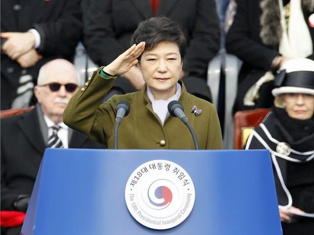 Presidente Park Geun-hye saúda guarda de honra durante sua posse na Coreia do Sul (Foto:  Lee Jae-Won/Reuters)