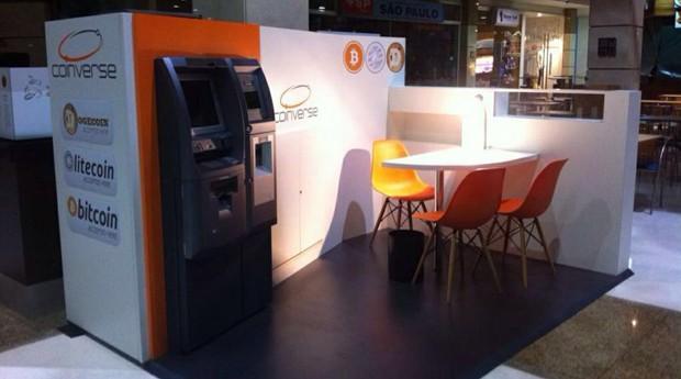 O caixa eletrônico realiza depósito ou saque em reais e compras da moeda virtual bitcoin (Foto: Divulgação)