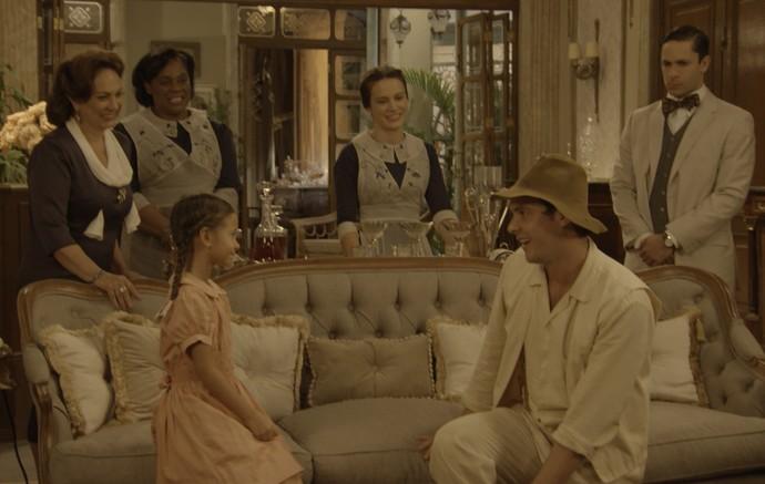 Todos ficam encantados por Candinho!  (Foto: TV Globo)