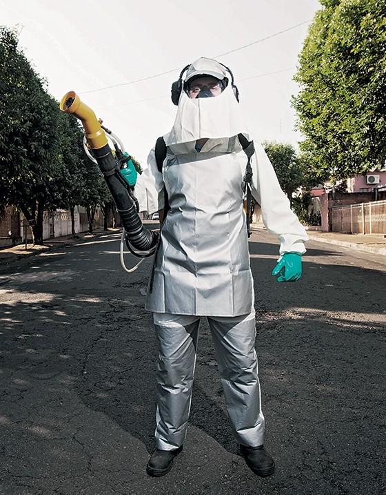 O agente de saúde Cezar Castellari equipado para aplicar inseticida em Estrela d'Oeste (Foto: Rogério Cassimiro/ÉPOCA)