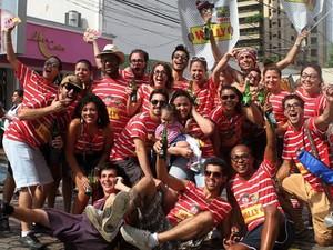 O grupo do Bloco do Wally faz brincadeiras durante o desfile  (Foto: Paulo Fleury)