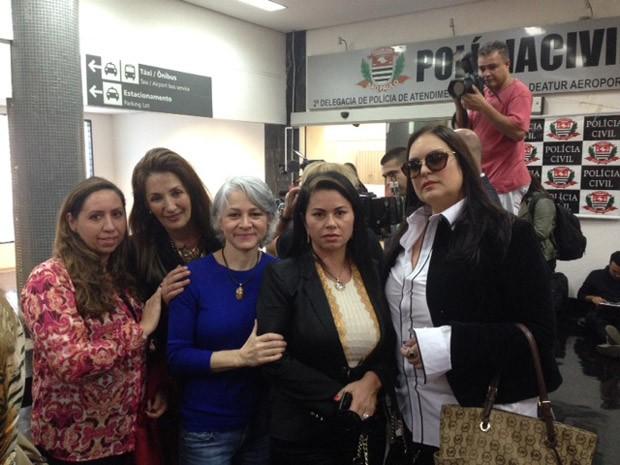Vítimas aguardam chegada do ex-médico no aeroporto de Congonhas (Foto: Lívia Machado/G1)