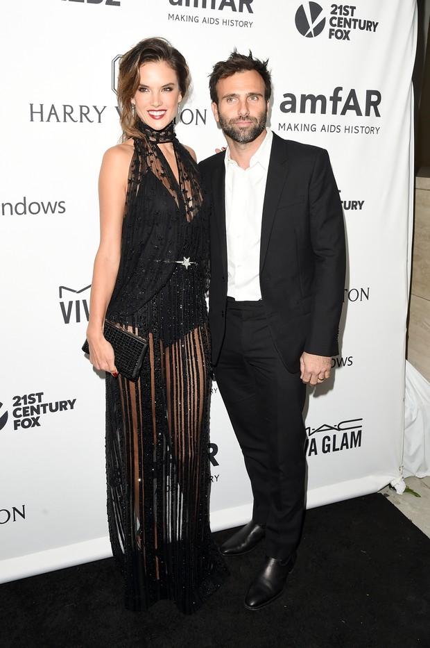Alessandra Ambrósio com o marido, Jaime Mazur (Foto: MIKE WINDLE / GETTY IMAGES NORTH AMERICA / AFP)