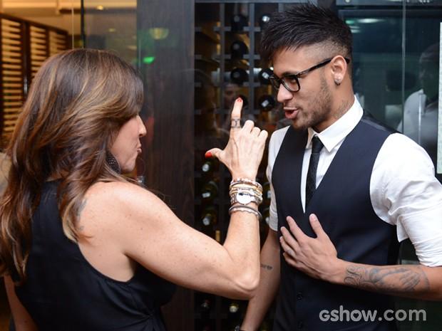 Neymar conversa com Monique Curi (Foto: Raphael Dias / TV Globo)