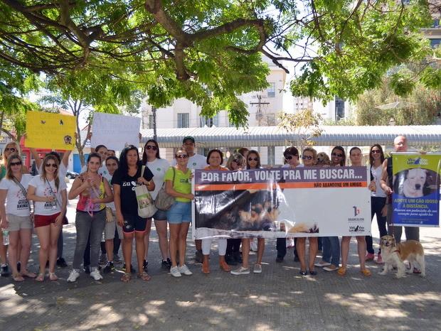 Grupo se reúne em praça em marcha de defesa do animal em Piracicaba (Foto: Fernanda Zanetti/G1)