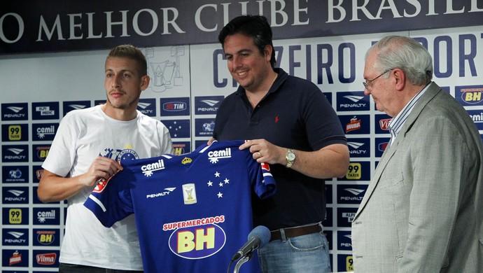 Uillian Correia recebe camisa do Cruzeiro de Bruno Vicintin, novo vice-presidente de futebol do clube (Foto: Washington Alves)