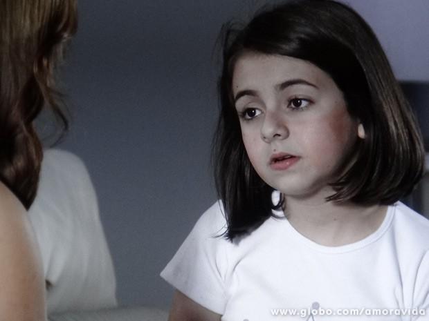 Momentos antes, a menina pergunta pelo pai e Paloma desconversa... (Foto: Amor à Vida/TV Globo)