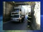 Caminhão sem freio para em cima de carro durante passagem estreita