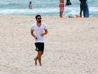 Cauã Reymond corre na praia da Barra da Tijuca, no Rio