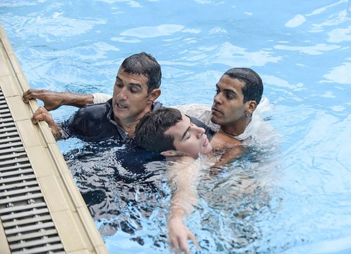 Carlos Alberto e Ivan pulam na água para salvar o atleta (Foto: Raphael Dias / Gshow)