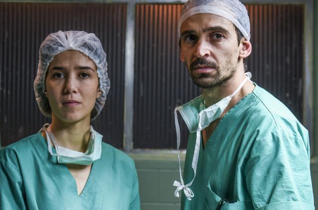 Marjorie Estiano e Júlio Andrade em 'Sob pressão' (Foto: Divulgação)