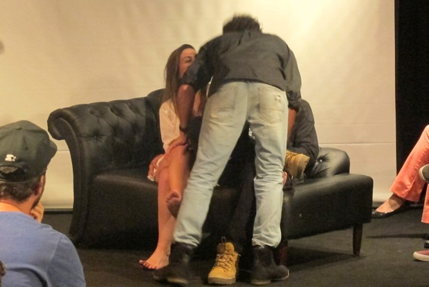 Momento final com o beijo gay entre os atores Felipe Roque e Luca Pougy (Foto: Thiago Ramalho/Divulgação)