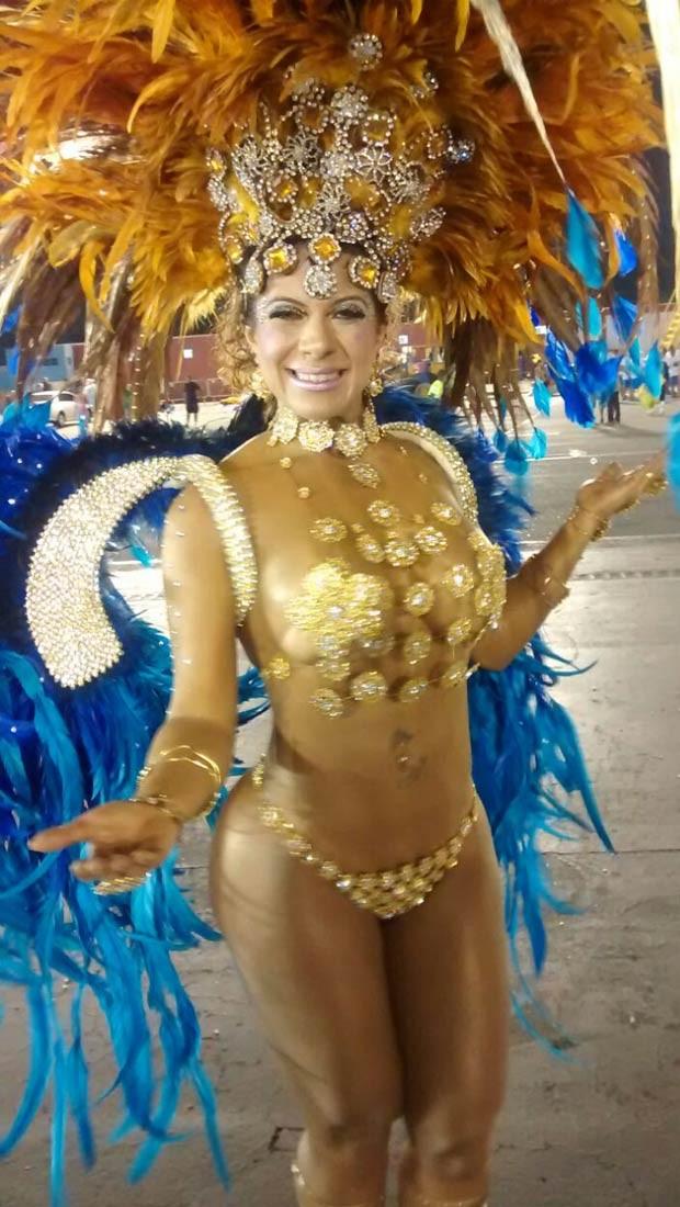"""A Miss Bumbum Bahia, Yara Muniz, escolher desfilar com um tapa-sexo minúsculo. Ele é  madrinha da harmonia da escola de samba Acadêmicos do Tatuapé. """"Em todos os ensaios eu vim comportada. Quis ousar"""", disse.  (Foto: Luciana Bonadio/G1)"""