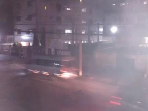 Morador reclama da falta de iluminação pública no bairro do Marapé (Foto: Leonel Vieira de Souza)