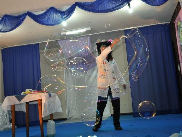 Atualmente ele faz pequenos shows com as bolhas  (Foto: Arquivo pessoal)